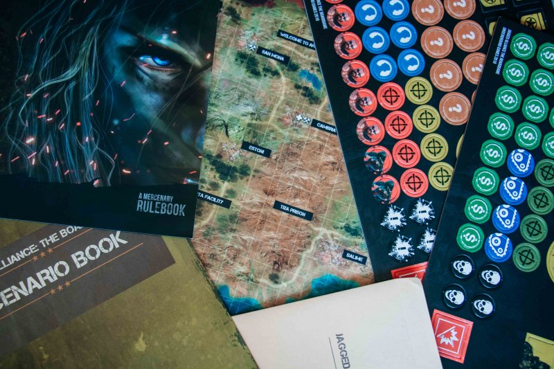 Правила, сценарии, глобальная карта, жетоны, конверт для сохранения